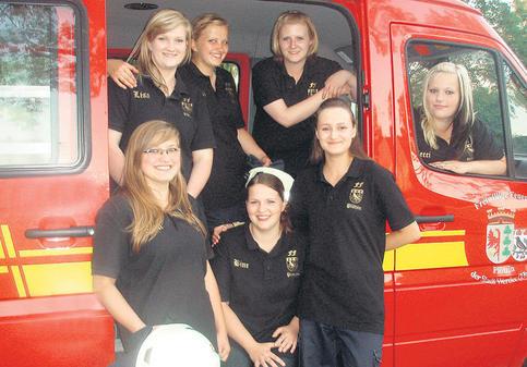 Sportlich und gut drauf – Die Frauenmannschaft der Plötziner Feuerwehr: Lisa Börnicke (20), Denise Eckstein (21), Airine Schikowski (18/hintere Reihe v.l.), Christin Eckstein (21), Sabine Schuckert (22), Romina Popiel (17/vordere Reihe v.l.) und Rebecca