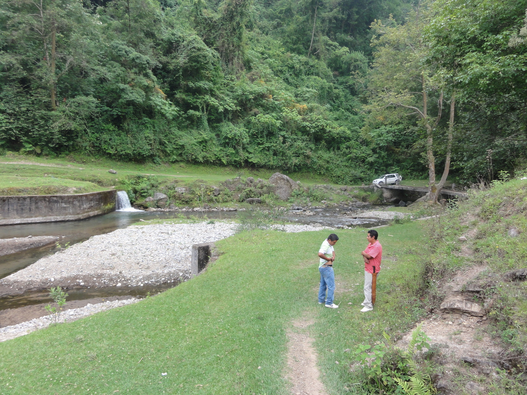 la entrada es por la presa de San Lorenzo, hecho todavía por los franceses...