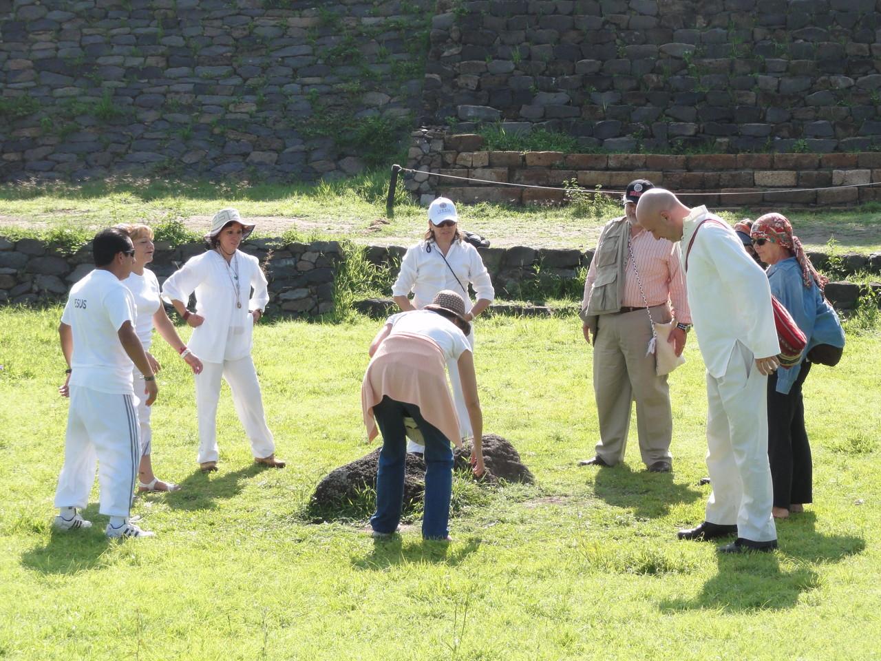 el grupo empieza a juntarse en las pirámides de Peralta