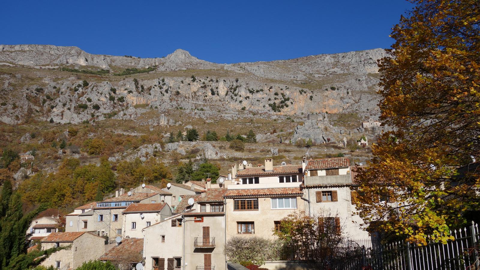 le village sur fond de montagne du Cheiron ...