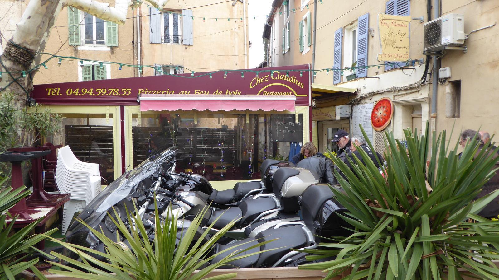 """parking réservé """"béhème"""" devant le restaurant !!!"""