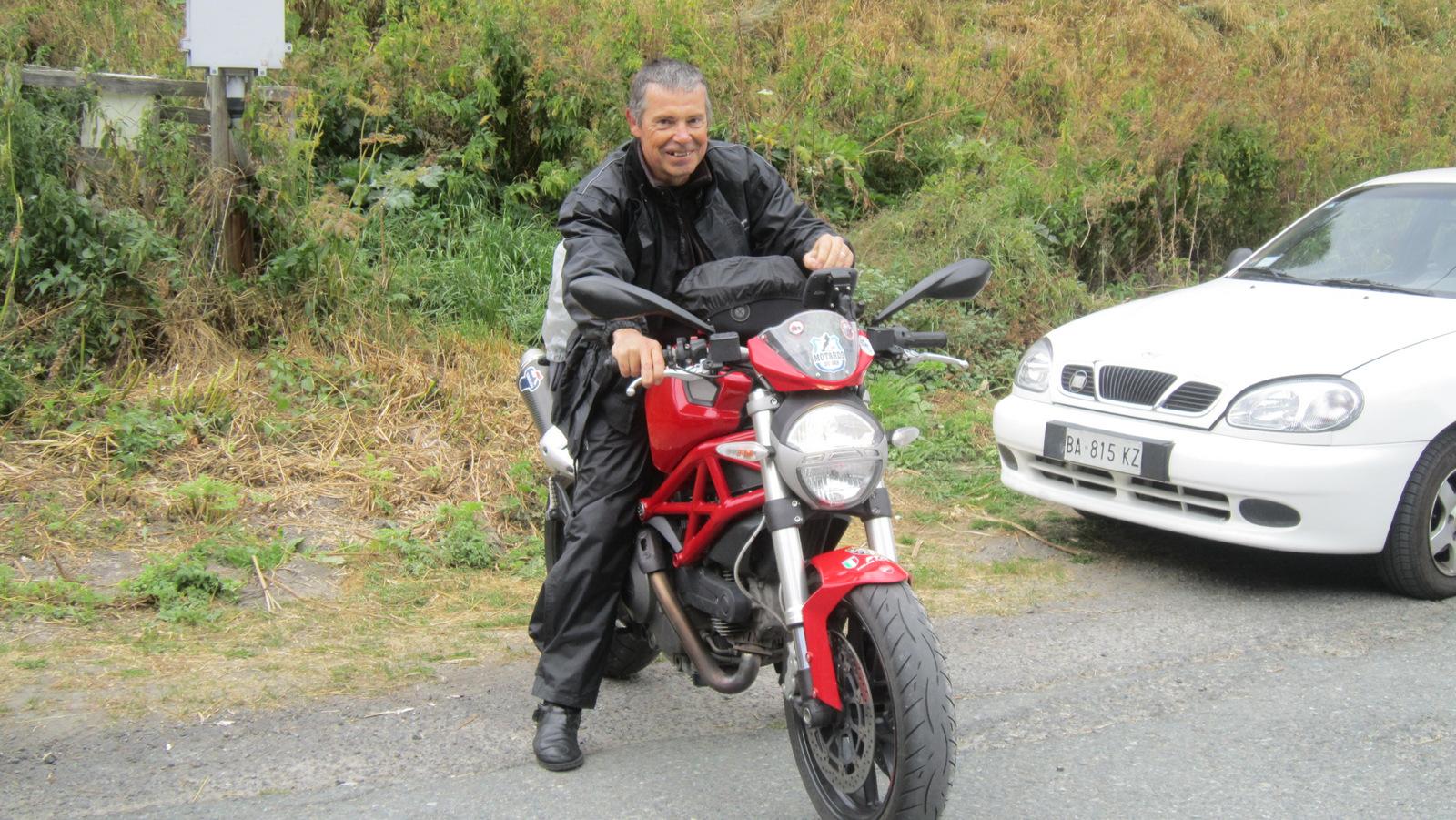 j'aime bien les motos rouges !!!