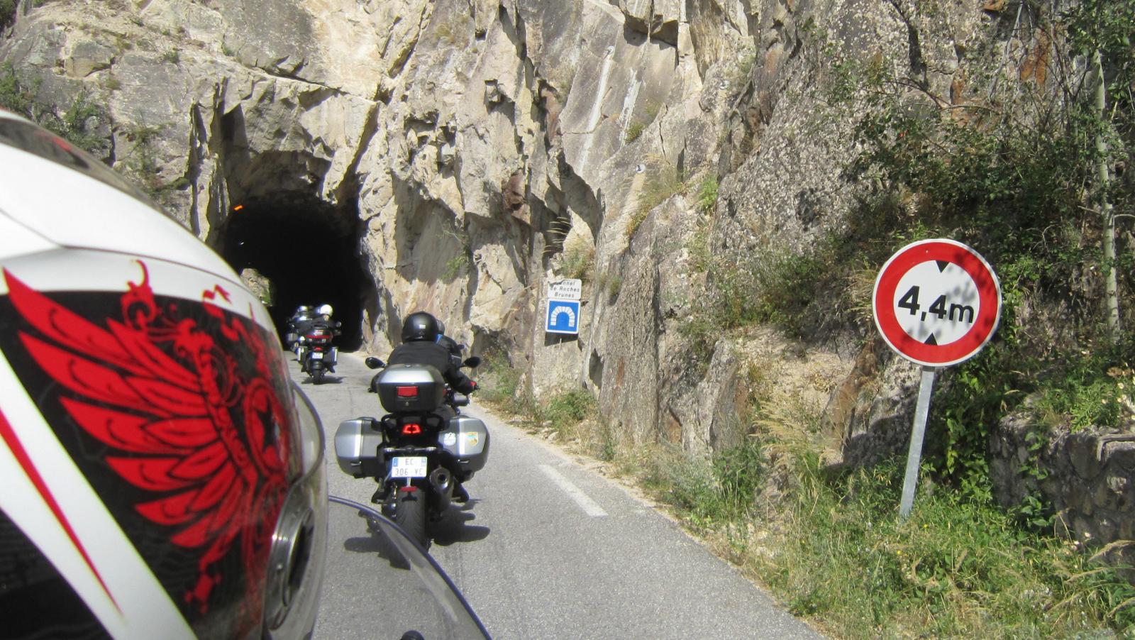 ... par le tunnel de Roche Brune ...