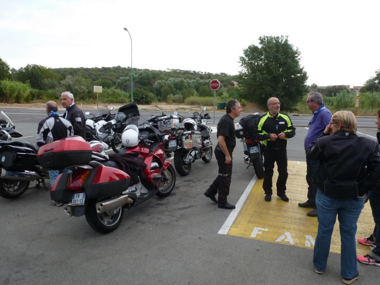 petit groupe de 9 motos