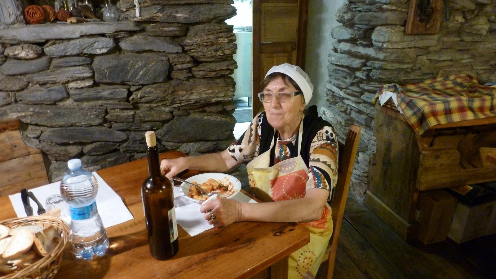 """locale mangeant la """"pasta al pomodoro"""""""