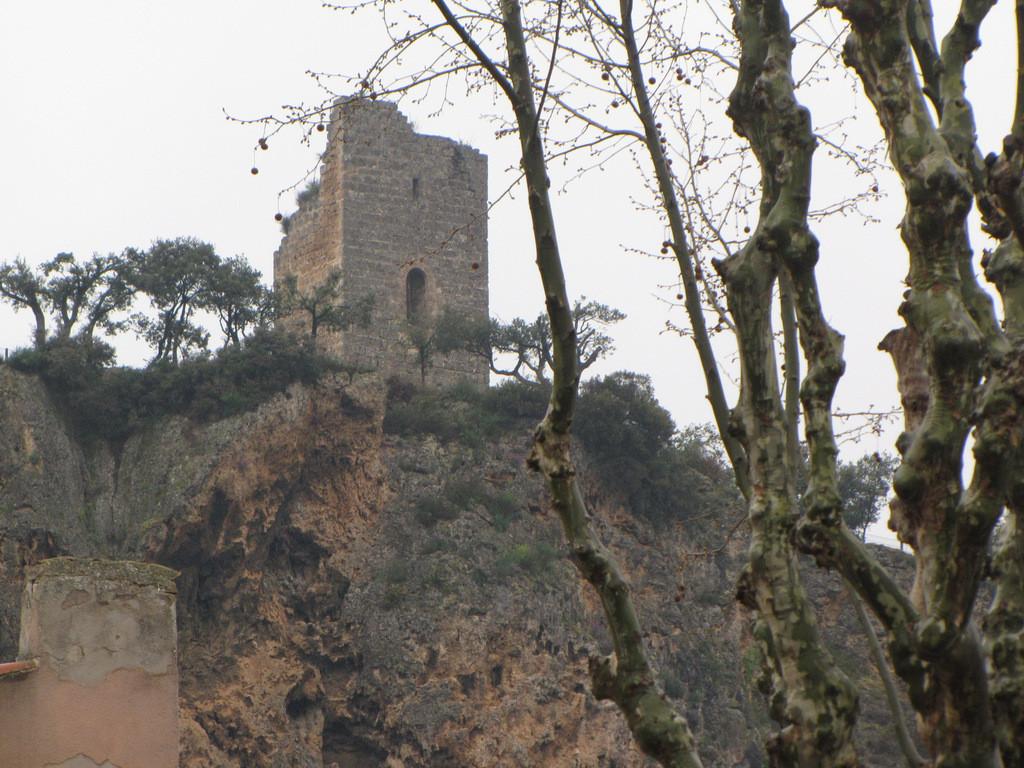 tour Sarrasine sur la falaise de tuf