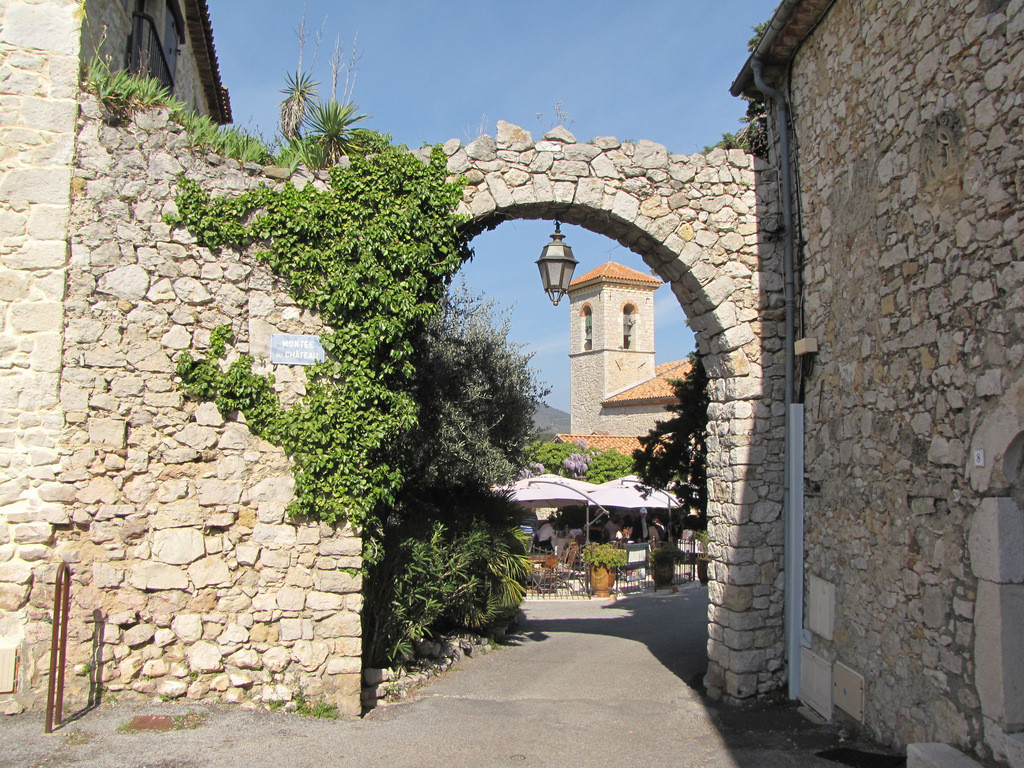 accès à la place du vieux château