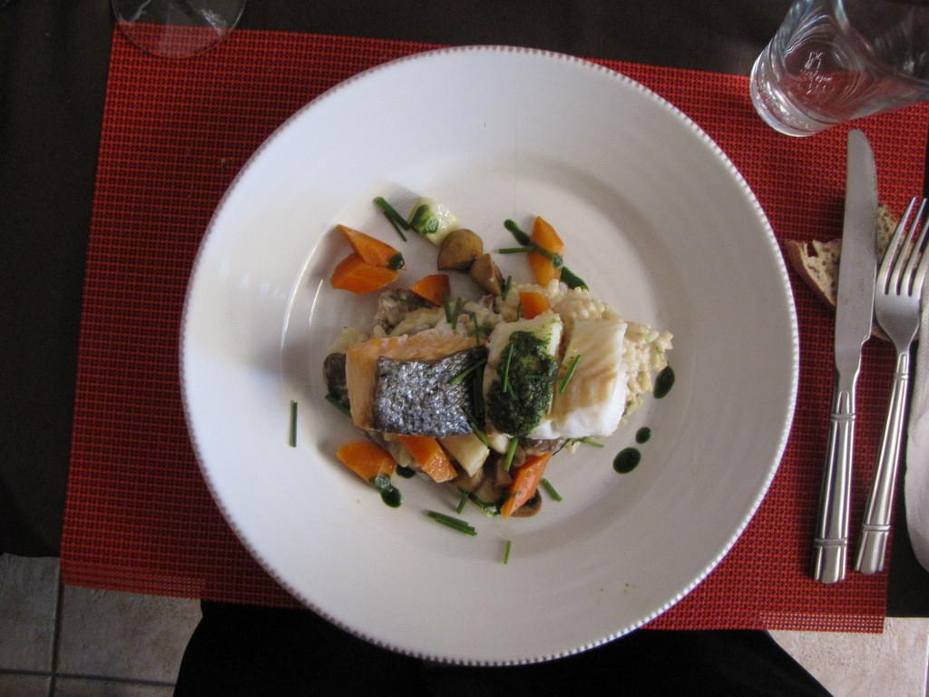 duo de poisson sur risotto aux champignons accompagné de ses petits légumes !