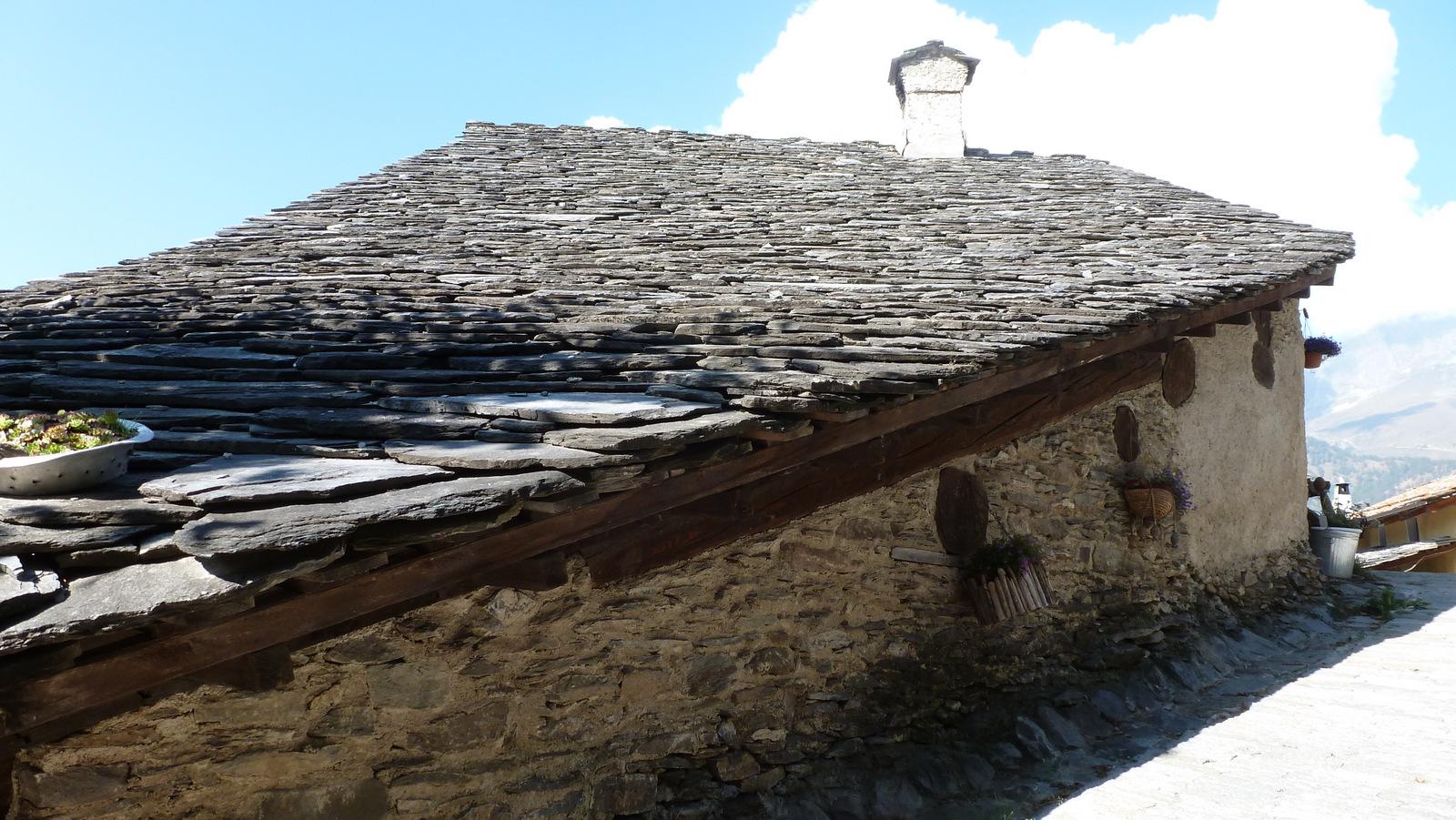 belle envolée de toiture en lauze de schiste