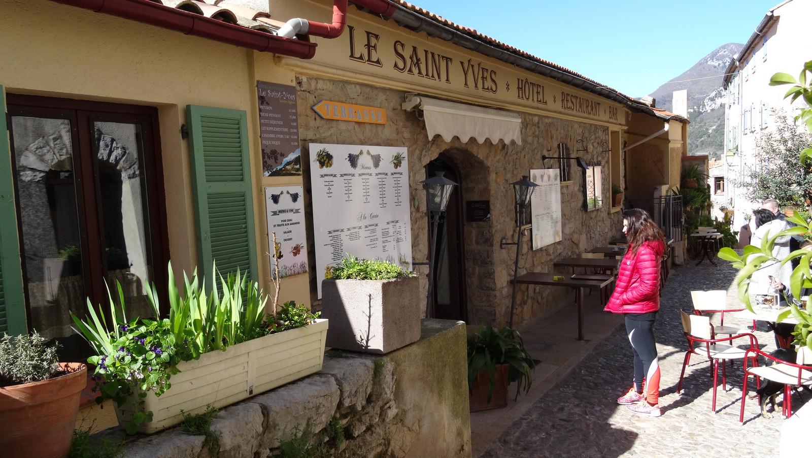 ... le Saint Yves ... entrons ...