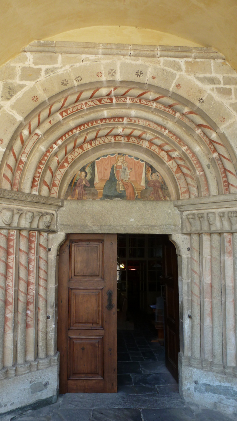 porche de l'église Santa Maria Assunta