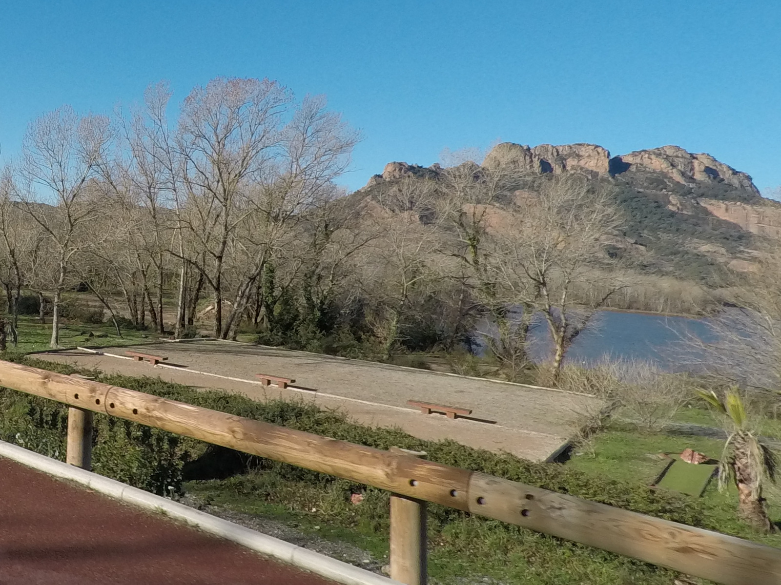 le rocher de Roquebrune et le lac de l'Arena