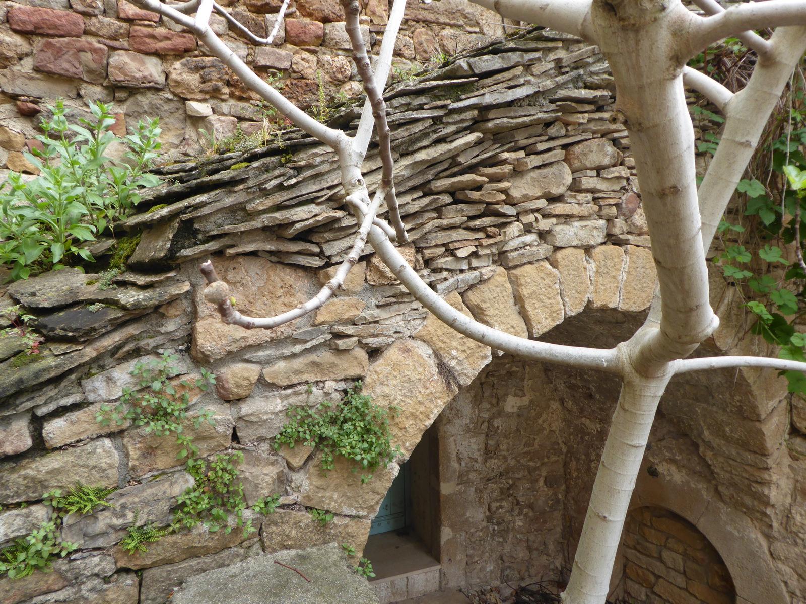 toit de lauze sur l'entrée d'une maison