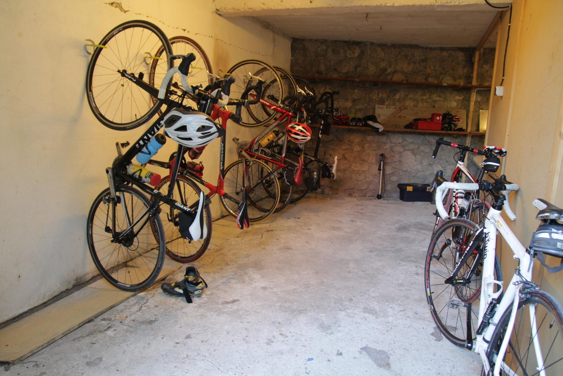Garage à vélos, prises électriques disponibles pour les VAE!