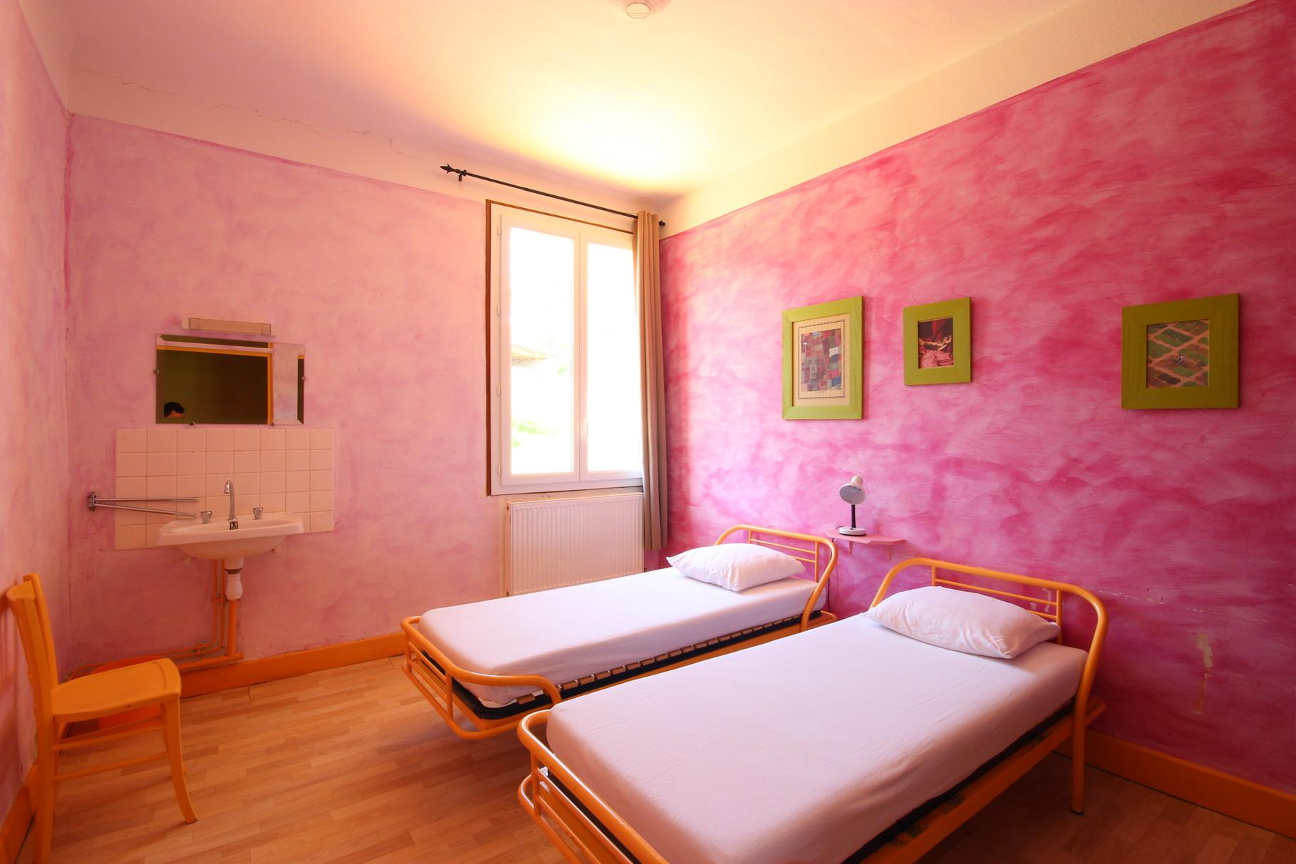 Chambre de deux lits avec lavabo