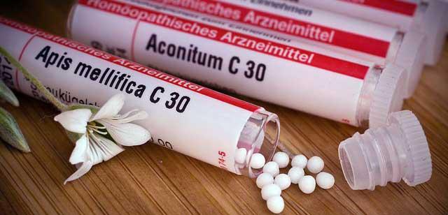 Arzneimittelröhrchen mit potenzierten homöopathischen Einzelmitteln. Apis mellifica C30, Aconitum C30.