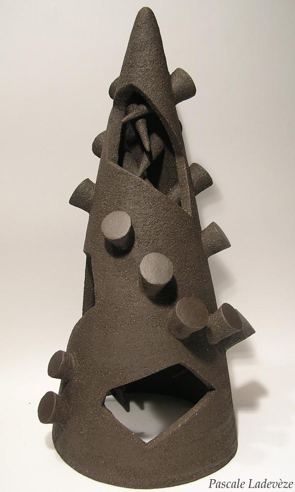 Grand cône noir perforé