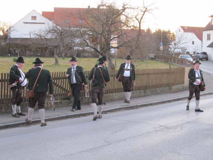 Die Burgstaller Böllerschützen nehmen Aufstellung