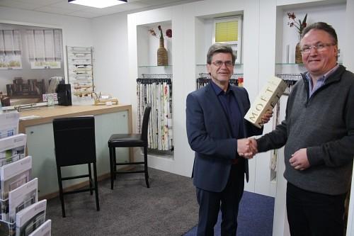Herzlichen Glückwunsch: Wirtschaftsförderer Hartwig Grobe gratuliert Geschäftsinhaber Harald Stumpe zum Start in den neuen Räumen an der Haferstraße 25 in Melle-Mitte. Foto: Stadtverwaltung Melle
