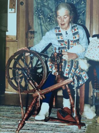 Tante Ida vom Taubenberg an ihrem Spinnrad