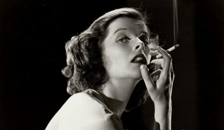 katherine Hepburn  cigarette à la main.