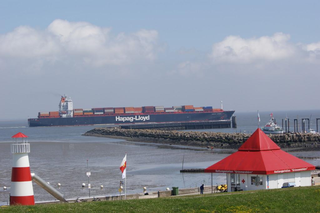 Große Schiffe auf der Elbe Richung Hamburg