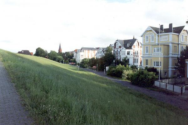 Alte Villen und Gebäude der Gründerzeit am Deich