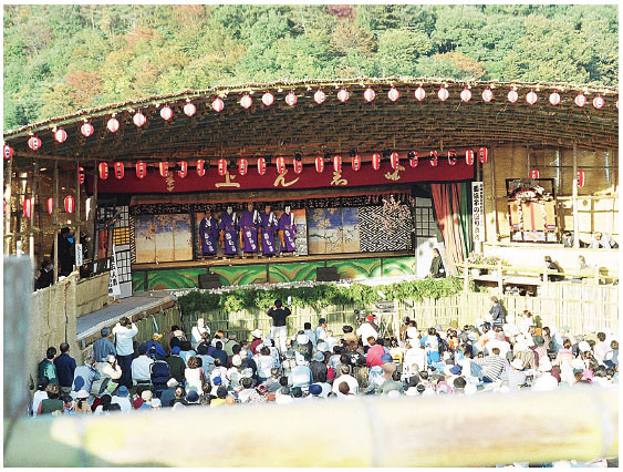 The Shironami Gonin Otoko (Five Thieves) appearing on the revolving stage. As the preserved fusuma was only 150 cm high, the actors' heads protrude above fusuma due to the increased stature of the modern Japanese people. (2001, Nishiwaka-za)