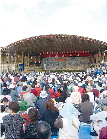 The stage with the Bunsei Era main stage curtain pulled across its width. The main stage curtain is the face of the stage that the audience are looking at for the periods when there is no performance taking place. (2006)