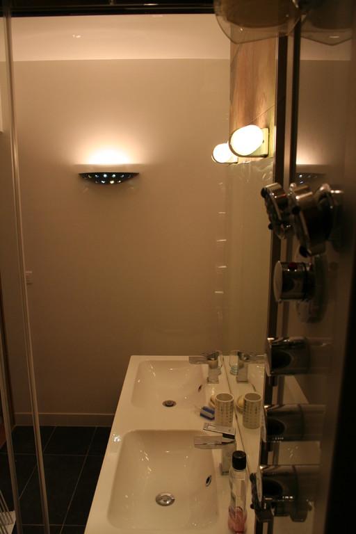 Salle de bain vue depuis la douche