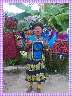 Eine Kuna Frau mit zwei Molas für meine Neffen