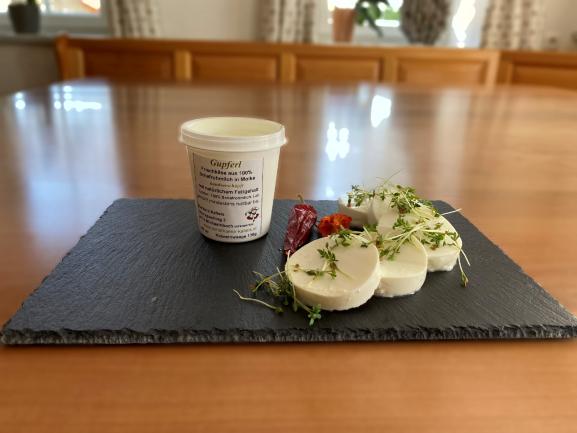 Gupferl, typischer natürlicher Schaffrischkäse, kann mit verschiedensten Gerniert werden zB. Tomaten Kürbiskernöl aber auch mit süssen Marmeladen