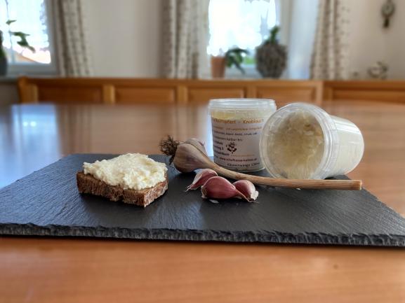 Knoblauchtopferl, Frischkäse mit intensiven Knoblauchgeschmack