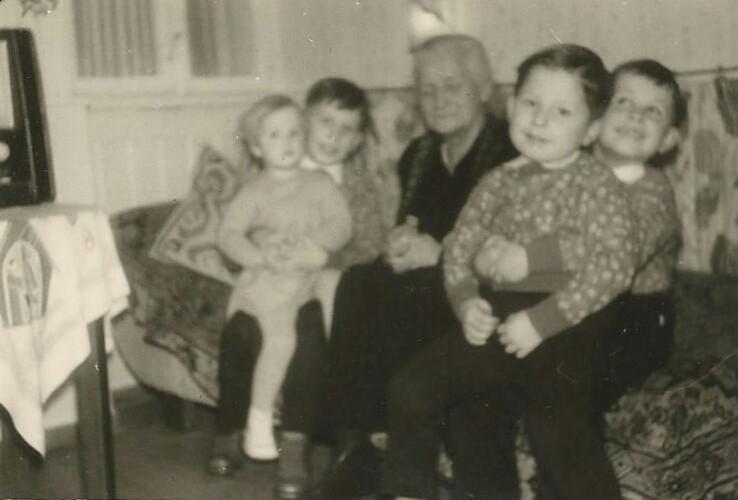 Günther, Marianne, Gerhard und Rainer Fritz, mit Großmutter Luise