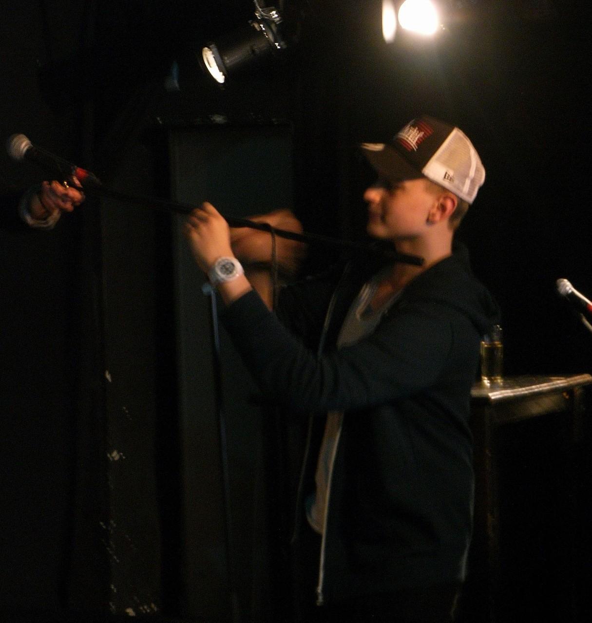 Nazario di Carlo hilft beim Bühnenumbau