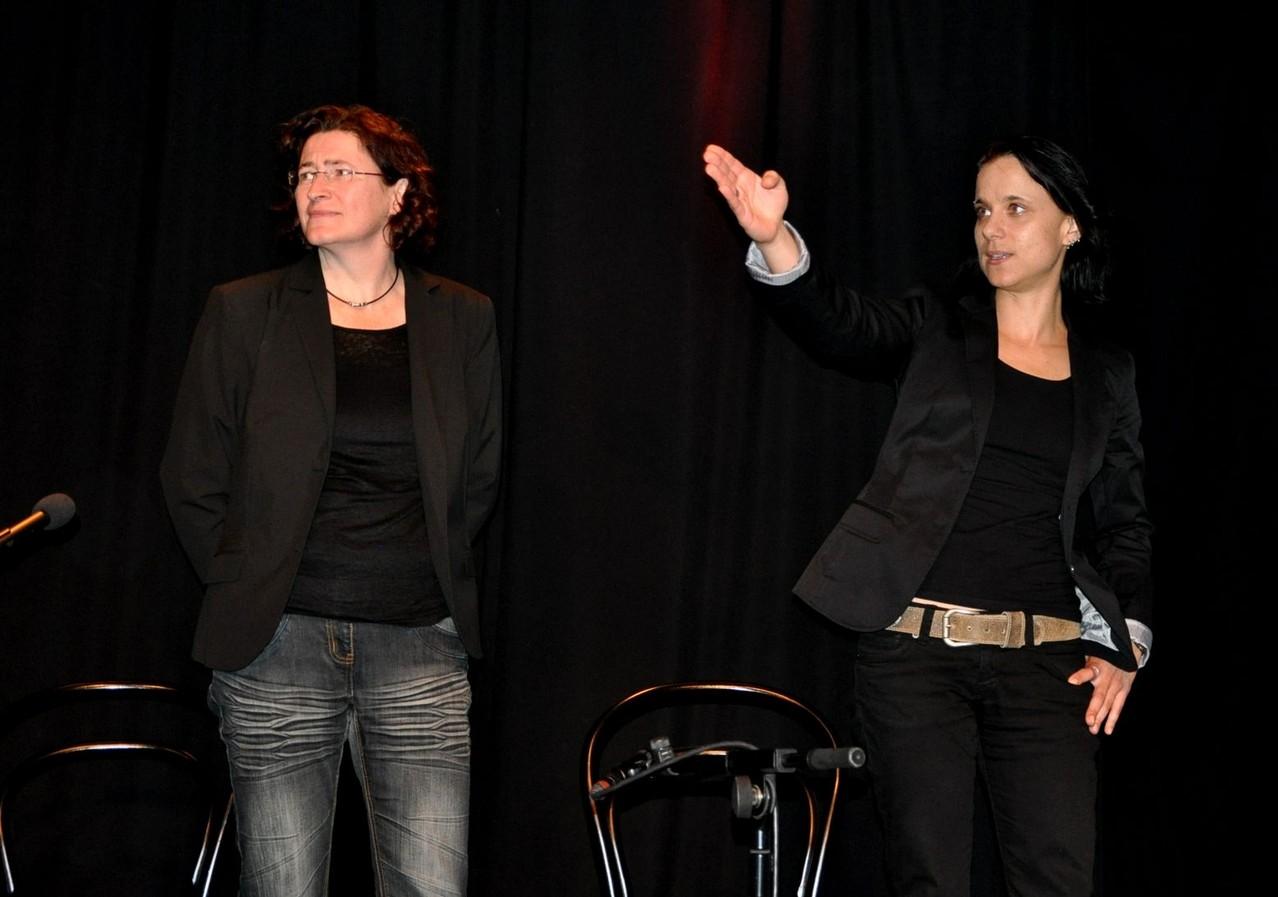 Sabine Brandl (rechts im Bild) deutet auf die Illustrationen in Originalgröße