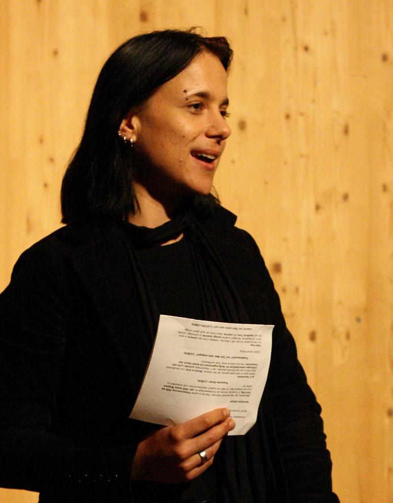Herausgeberin Sabine Brandl als Moderatorin des Abends