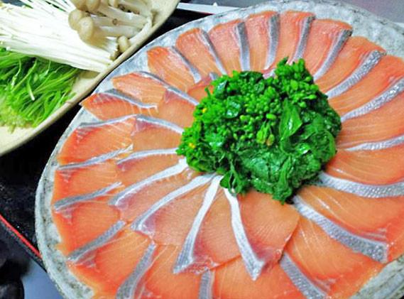 「網走産オホーツクサーモンのしゃぶしゃぶ鍋」。出汁は、知床鮭節と日高昆布で薄味仕立て。〆の雑炊が◎