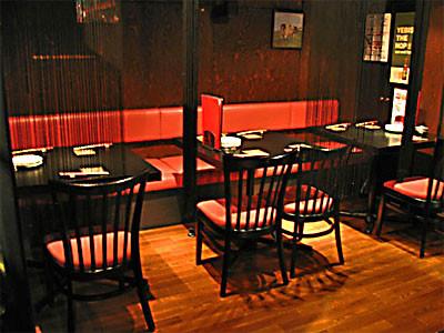 最大10名様まで対応できる、半個室のテーブル席