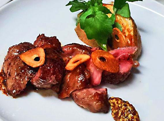 羊肉が嫌いな人にこそ試して欲しい、「スプリングラムのガーリックステーキ・ベイクドポテト(キタアカリ)添え」
