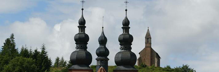 Eglise priorale de Saint-Quirin et la Haute-Chapelle - La Rose d'Or & la Rose Rouge