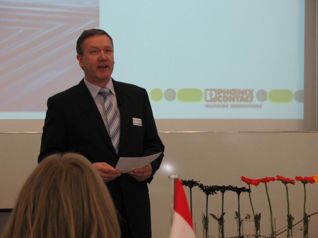 Herr Hengsbach eröffnet die Projektvorstellung bei Phoenix Contact in Blomberg