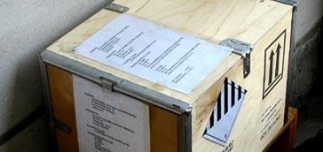 Gefahrgutkiste aus Holz mit Metallbeschlägen