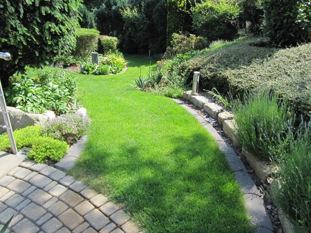 Ferienwohnung Familie Hülse mit Terrasse und Garten südlich von Dresden, gepflegter Rasenweg