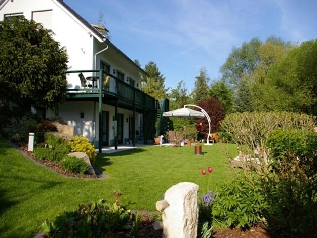 Ferienwohnung mit Terrasse und Garten, Blick auf das Grundstück