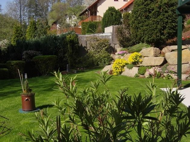 Ferienwohnung mit Terrasse und Garten, Ansicht vom Grundstück