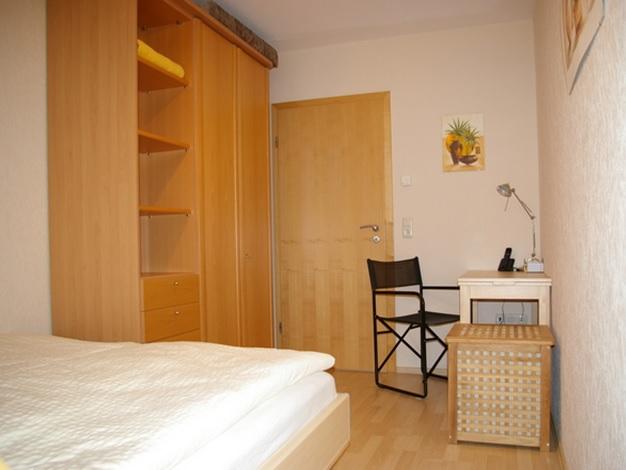 4-Sterne-Ferienwohnung mit Terrasse im parkähnlichen Garten bei Dresden, Schlafzimmer mit Schreibtisch, WLan und Fußbodenheizung