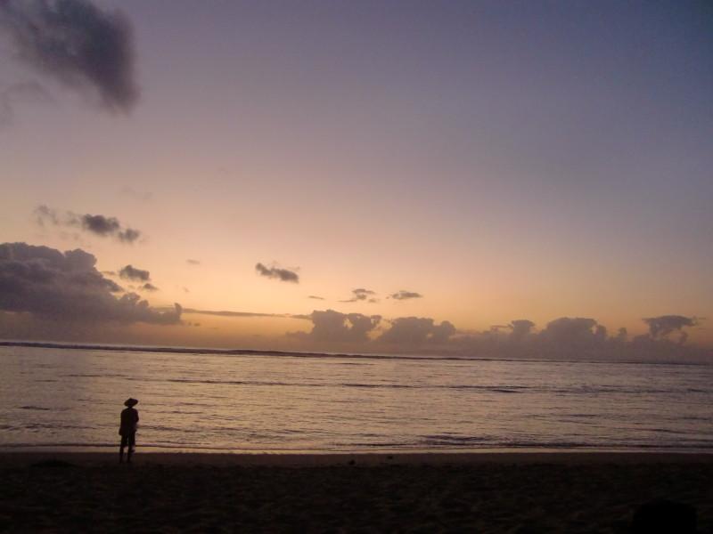 早朝のサヌールビーチ