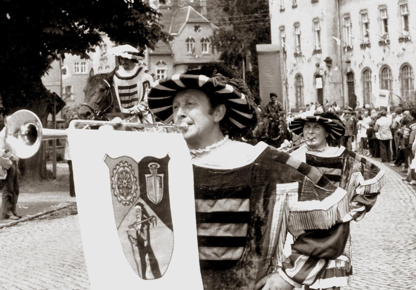 1979: 725 Jahre Ortsgemeinde Einsiedel - mit einem PRÄCHTIGEN AUFTRITT unserer Bläsergilde: mit Fanfaren und in mittelalterlicher Tracht