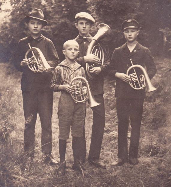 """1915: die ersten Anfänger: der 12-jährige Rudolf Werner (3.v.l. - ab 1929 war er dann viele Jahre Chorleiter -), Herbert Hellinger, Kurt Straube und Fritz Wagner (v.l.). Von den 9 Gründungsmitgliedern waren nur die beiden """"Hüttl´s"""" in Einsiedel geblieben."""